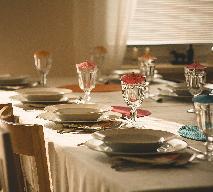 Jak nakryć stół na wykwitną kolację?