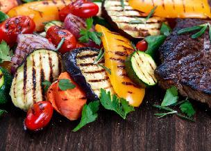 Grillowane warzywa: cukinia, papryka i kukurydza. Jak zrobić warzywa z grilla? [WIDEO]