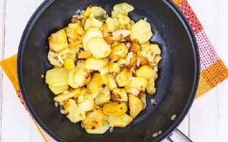 Rumiane ziemniaki smażone z cebulą