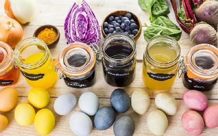 Pisanki kolorowane naturalnymi barwnikami - czym barwić jaja wielkanocne na różne kolory