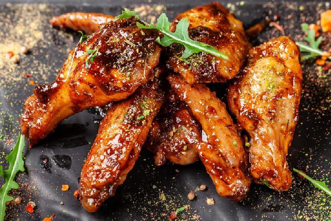 Skrzydełka z kurczaka pieczone w miodzie: przepis na lepkie i soczyste skrzydełka