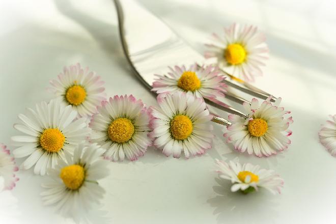 Jadalny kosz z kwiatami - pomysł na pyszny prezent