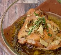 Przepyszne udka kurczaka pieczone z 40 ząbkami czosnku