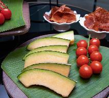 Orzeźwiająca sałatka z ogórków z pomidorami i melonem