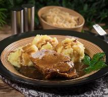 Karkówka w cebuli: poznaj przepis na soczystą wieprzowinę duszoną w sosie
