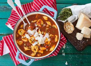 Pomidorowa z papryką i tortellini: ekspresowa zupa z gotowymi pierożkami