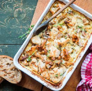 Pierś kurczaka pieczona z grzybami i boczkiem w sosie śmietanowym: łatwy przepis na obfity obiad