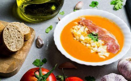 Salmorejo - oryginalny andaluzyjski chłodnik z pomidorów, z szynką i jajkiem