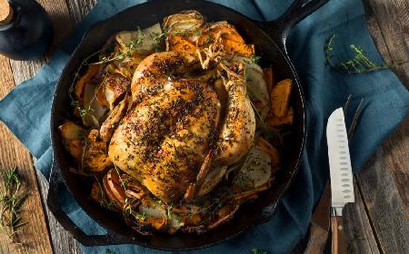 Zdradzamy przepis na idealny obiad: kurczak pieczony z dwoma rodzajami ziemniaków