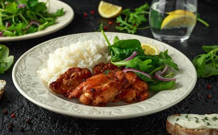 Grillowane mięso z udek kurczaka marynowane w soku z limonki