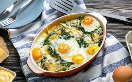Tłuczone ziemniaki zapiekane ze szpinakiem i jajkami: łatwy przepis na tani obiad