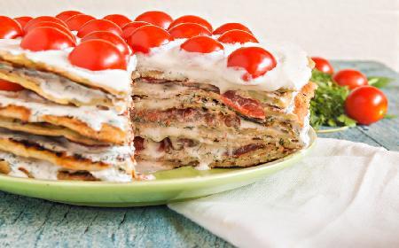 Lazania z naleśników z sosem bolońskim - sprytny sposób na lazanię bez makaronu