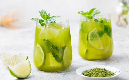 Orzeźwiająca herbata matcha z miętą i limonką: przepis na zieloną ice tea