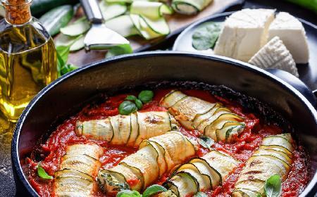 Kapitalne roladki z cukinii nadziewane 3 rodzajami sera w sosie pomidorowym