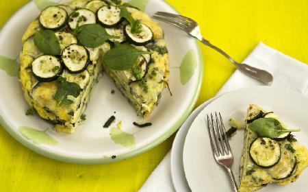 Rewelacyjny tort omletowy z cukinią i szpinakiem