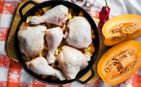 Drobiowy paprykarz z dynią: najlepszy przepis na duszone udka kurczaka