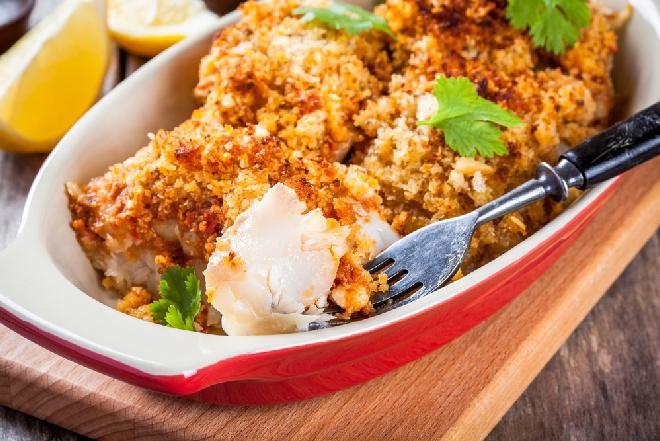 Ta ryba to petarda smaku! Zębacz smugowy pieczony pod kruszonką: najlepszy przepis