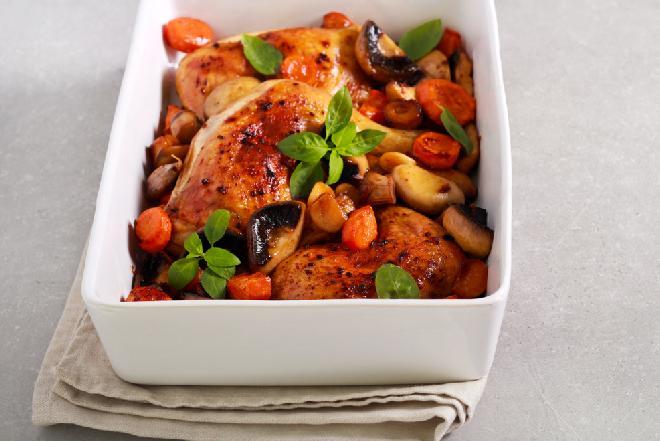 Soczyste i pyszne ćwiartki kurczaka pieczone z marchewkami i pieczarkami