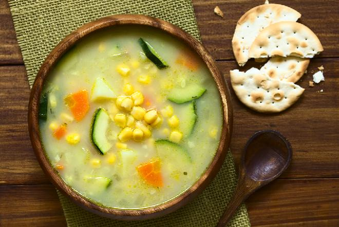 Wiosenna zupa z cukinii i kukurydzy: łatwa, sycącą, oszczędna