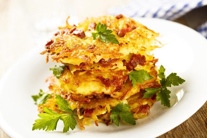Placki ziemniaczane z boczkiem i żółtym serem: sycące, łatwe, tanie