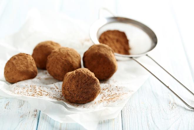 Domowe czekoladki: jak zrobić pralinki? [przepis]