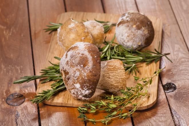 Jak mrozić grzyby? Gotować grzyby przed zamrożeniem? [WIDEO]
